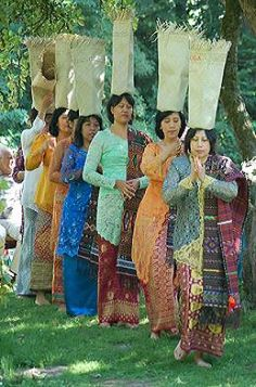 Bataknese Ladies with Their Ulos - North Sumatra, Indonesia Ulos Batak, Indonesian Art, East Indies, Cultural Diversity, Borneo, Archipelago, People Around The World, Abstract Pattern, Southeast Asia