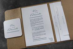 Mehrteilige Pocketfold-Hochzeitseinladung gedruckt auf 100%igem Baumwollpapier (mittige Einladung) und dazupassendem Naturpapier (Einsteckkarten), dazu ein Bierdeckel/Untersetzer im selben Design gestaltet. Letterpress, Personalized Items, Design, Paper, Beer Coasters, Visit Cards, Coaster, Typography, Letterpresses
