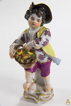 """Фарфоровая фигура """"Садовник"""" состоящая из фигуры ребенка в шляпе с корзинкой фруктов. Автор модели Johann Joachim Kaendler (1706 -1775) и Peter Reinicke (1715 –1768), модель выполнена в 1750 году. Клеймо производителя Meissen."""