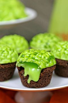 Halloween is incomplete without these spooky halloween desserts. Quickly browse through these creepy & spooky Halloween dessert ideas here. Halloween Desserts, Spooky Halloween, Essen Halloween Party, Halloween Cupcakes Decoration, Bonbon Halloween, Halloween Cupcakes Easy, Halloween Fruit, Halloween Treats For Kids, Halloween Cookies