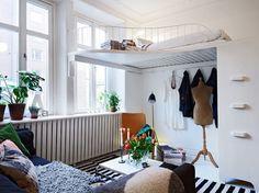 11-loc de dormitor amenajat la inaltime living cu tavan inalt
