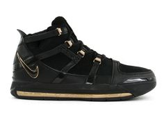 The Nike Zoom LeBron 3 In Black & Metallic Gold Is Rumored To Return In 2018 - Dr Wong - Emporium of Tings. Air Jordan Sale, Toms Shoes For Men, Gold Basketball Shoes, Buy Sneakers, Fly Shoes, Nike Lebron, Nike Zoom, Metallic Gold, Black Gold