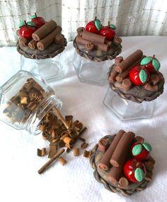 jogo com 4 potes sextavados decorados em biscuit maçã e canela. <br>cada pote tem capacidade para 170ml <br>acabamento em verniz fosco <br>A PARTIR DE SETEMBRO AS ENCOMENDAS AUMENTAM,PORTANTO FAÇA SEU PEDIDO COM ANTECEDÊNCIA !!!