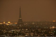 Cette image est issue du journal Le Parisien publié le 8 Janvier 2015, qui représente la Tour Eiffel éteinte suite aux attentats de Charlie Hebdo le 7 Janvier 2015. La Tour Eiffel fût volontairement étiente suite au drame national, c'est une façon de rendre hommage au victimes en cette journée de deuil. A travers le monument le plus célèbre de France, qui fût plongé dans le noir, ressortent la tristesse, le désaroi, et colère des Francais.
