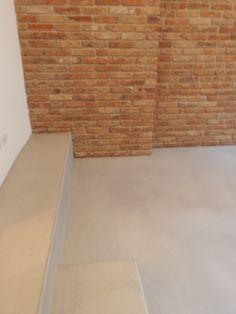 Boden Béton Brut in der Farbe No. Staircase Design, Concrete Floors, Tile Floor, Flooring, Color, Home, Kai, Workshop, Full Bath