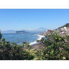 【yazeee1209】さんのInstagramをピンしています。 《良い天気☀️日差し暑い! 富士山がよく見えます🗻  What a beautiful day!! We can see the Mt.Fuji very clear from here, Kamakura.  #晴天 #海 #江ノ島 #富士山 #稲村ヶ崎 # blue #sky #ocean #enosima #mauntfuji #imamura #japan》