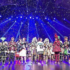 (Tanja) Premiere of the new stunning childrens musical in Friedrichstadt Palast! ............... Spiel mit der Zeit heißt das neue Musical im Friedrichstadt Palast in der Teenager anhand einer defekten Spielekonsole eine Zeitreise unternehmen. Super Schauspieler (alles Kinder) und irre Kostüme. Meine Tochter wollte sofort mitmachen und meinen Sohn würde brennend interessieren wo man dieses Gerät her bekommt  #premiere #musical #theater #theaterkids . . . . . #momlife #lifewithkids #parents…