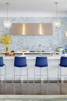 Blue is used to create a serene atmosphere in this contemporary kitchen. Transitional kitchen design by san francisco interior designer Wynne Taylor Ford Contemporary Bar Stools, Modern Bar Stools, Kitchen Contemporary, Minimalist Kitchen, Minimalist Decor, Kitchen Modern, Modern Kitchens, Modern Homes, Minimalist Style