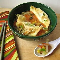 Asian Dumpling & Cabbage Soup- this sounds so easy and delicious. I will use veggie wontons and vegetable broth instead. Asian Cooking, Healthy Cooking, Healthy Eating, Asian Recipes, Ethnic Recipes, Asian Foods, Chinese Recipes, Weight Watchers Soup, Great Recipes