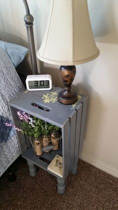 Ideas para Mesitas de noche recicladas - Gray Wooden Crate Nightstand With legs Hand Wooden Crates Nightstand, Wood Crates, Diy Nightstand, Bedside Table Ideas Diy, Bedside Desk, Spray Paint Wooden Crates, Dyi End Tables, Upcycle Bedside Table, Wooden Apple Crates