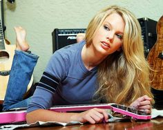 American singer-songwriter and actress Taylor Swift - Celebrity Feet in the Pose Taylor Swift Hot, Young Taylor Swift, Long Live Taylor Swift, Taylor Swift Pictures, Taylor Swift Guitar, Celebrity Feet, American Singers, Role Models, Pennsylvania