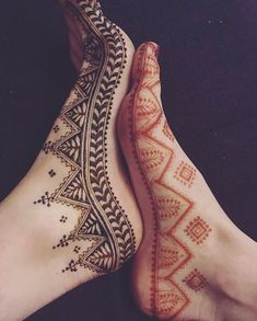 Henna is the most traditional part of weddings throughout India. Let us go through the best henna designs for your hands and feet! Henna Hand Designs, Legs Mehndi Design, Mehndi Designs For Beginners, Mehndi Designs For Fingers, Latest Mehndi Designs, Mehndi Designs For Hands, Henna Tattoo Designs, Wedding Henna Designs, Designs Mehndi