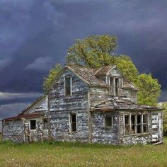 pic of an abandoned house in Canada. Storm clouds are coming, but this house has already seen its share of storms and yet she is still standing. Abandoned Property, Abandoned Castles, Abandoned Mansions, Abandoned Places, Old Buildings, Abandoned Buildings, Halloween Haunted Houses, Old Barns, Haunted Places