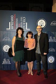 Eva y Félix, de @Portadoresuenos, posan jungo a Encarnación Molina de la editorial Páginas de Espuma, durante la gala de entrega del III Premio Ribera del Duero, que organiza dicha editorial.