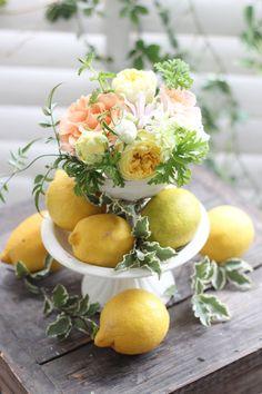 フルーツを使ったアレンジは他の方とは違う会場装花をご希望の方にもおすすめです。 レモンは南イタリアやシチリアのような外国の雰囲気を感じさせておしゃれです。 lemon yellow,orange,centerpiece