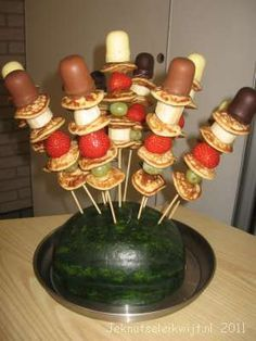 Een leuke en lekkere taktatie om uit te delen in de klas op school, op een verjaardag of op een kinderfeestje. Maak eerst het fruit goed schoon en snij de aardbeien doormidden. Rijg nu om en om een poffertje en een stukje fruit aan het satestokje en prik als laatste het negerzoentje erop. Prik alle sateprikkers in de watermeloen en klaar is de traktatie! Bbq Party, Snacks Für Party, Eat Better, Fingerfood Party, High Tea, Bento, Finger Foods, Kids Meals, Oreo