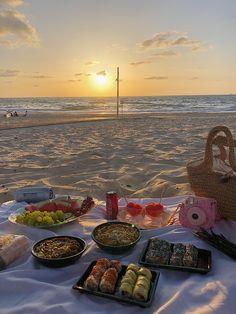 Picnic Date, Beach Picnic, Foto Glamour, Cute Date Ideas, Beach Date, Picnic Birthday, Beach Meals, Beach Trip, Beach Travel