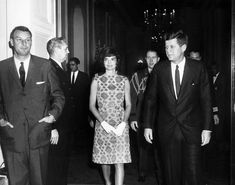 """1961. 13 Mars. By Abbie ROWE. AR6424-B. WH, East Room. President John F. Kennedy and First Lady Jacqueline Kennedy Attend White House Reception for the Latin American Diplomatic Corps - L-R: White House Secret Service agent, H. Stuart """"Stu"""" Knight; Chief of White House Police, Major Ralph C. """"Smokey"""" Stover; Assistant Special Counsel to the President, Richard Goodwin; First Lady Jacqueline Kennedy; Military Aide to the President, Brigadier General Chester V. Clifton; President John F…"""