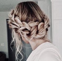 This is the perfect hairdo for next-day hair. This is the perfect hairdo for next-day hair. Messy Hairstyles, Pretty Hairstyles, Wedding Hairstyles, Hairstyle Ideas, Hairstyle Tutorials, Winter Hairstyles, Elegant Hairstyles, Wedding Updo, Halo Hairstyle