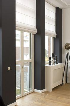 Leuk contrast - Donker grijze muur met witte gordijnen (leuk omdat het maar een klein stukje betreft)