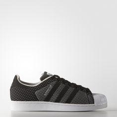Le règne de la Superstar adidas n'est pas prêt de s'arrêter. Lancée en 1970, la désormais emblématique sneaker à shell-toe est devenue célèbre en équipant les plus grands basketteurs de NBA. Dotée d'une tige monobloc en toile, cette chaussure hommes associe des matières modernes à une tige en toile monobloc.