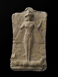 Déesse nue ailée figurant probablement la grande déesse Ishtar Larsa | Site officiel du musée du Louvre