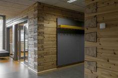 Galería de Un edificio de muros de troncos macizos y excepcionales pilares de madera laminada - 21