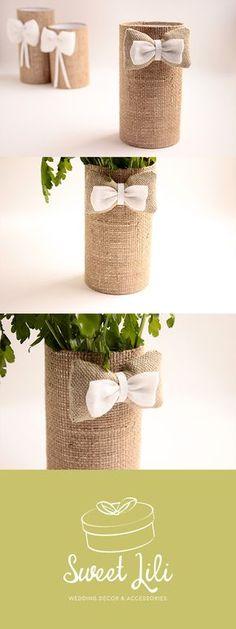 Décoration de table de mariage champêtre chic, vase, cache pot. Réalisé en toile de jute, lin naturel et lin blanc.