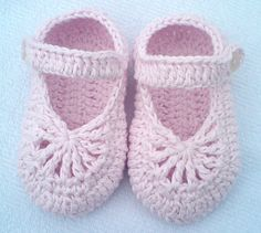 Ravelry: YARA simple baby shoes pattern by Crochet- atelier Easy-to-make lovely shoes for baby girl. They will perfect fit on feets, soft & light. Made from 100 % cotton. Baby Shoes Pattern, Shoe Pattern, Baby Patterns, Crochet Patterns, Stitch Patterns, Knitting Patterns, Baby Girl Crochet, Crochet Baby Booties, Baby Blanket Crochet