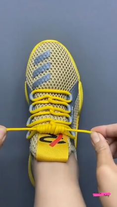 Ways To Lace Shoes, How To Tie Shoes, Ways To Tie Shoelaces, Shoe Lacing Techniques, Diy Clothes And Shoes, Diy Fashion Hacks, Useful Life Hacks, Simple Life Hacks, Clothing Hacks