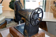 Vintage SINGER sewing machine cake. Love the gold detail work...Allyson Dunham...this one's for you...
