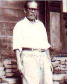 """TEUKU MEURAH ADAM  Beliau adalah Raja Aceh Selatan, tepatnya desa Kluet Utara. Beliau hidup sejak masa penjajahan jepang. Ulee balang ini masa hidupnya dikawal oleh 2 orang, yang disebut dengan """"si Hitam & si Putih"""" (Sumber foto dari : koleksi pribadi keluarga ) Southeast Asia, History, Gallery, Historia, Roof Rack"""