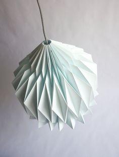    DORIS    Abat-jour en papier, inspiration Origami     Doris est un bel abat-jour en papier entièrement réalisé à la main, offrant une version stylisée des luminaires traditionnels grâce à la technique de lorigami. Une nouvelle touche de design pour votre intérieur! *** Couleurs des modèles présentés en photo : Blanc et Bleu Menthe ***  LIGHT OFF : Avec juste la lumière ambiante de votre pièce, les jeux dombres révèlent les lignes pures et la complexité du volume créé par le simple papier…