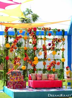 48 Super Ideas Wedding Decorations Indian Backdrops Mehendi You are in the right place about wedding decorations mason jars Here we offer you the most beautiful pictures about the barn wedding decorat Marriage Decoration, Wedding Stage Decorations, Flower Decorations, Outdoor Decorations, Mehendi Decor Ideas, Mehndi Decor, Mumbai, Wedding Set Up, Boho Wedding