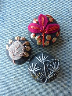 ♒ Enchanting Embroidery ♒ embroidered buttons by Jantze Tullett Basic Embroidery Stitches, Beaded Embroidery, Hand Embroidery, Embroidery Designs, Diy Buttons, How To Make Buttons, Vintage Buttons, Textile Jewelry, Fabric Jewelry