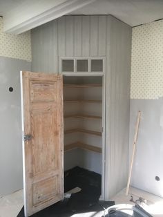 Build the pantry in the kitchen, use an old door ? kitchen corner … – Pantry With Organization Kitchen Kitchen Pantry Cupboard, Corner Pantry, Kitchen Pantry Design, Kitchen Corner, Kitchen Layout, Diy Kitchen, Built In Pantry, Home Kitchens, Home Remodeling