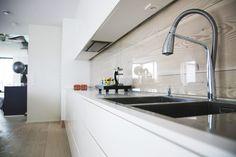 Glass over panel over kjøkkenbenken