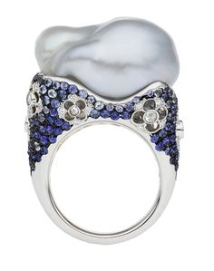 Autore Venezia Ring - Alessio Boschi, the light color of the sapphire matches beautifully with the free form pearl~ what an artist! High Jewelry, Luxury Jewelry, Pearl Jewelry, Jewelry Rings, Pearl Rings, Jewellery, Unusual Engagement Rings, Alessi, Baroque Pearls