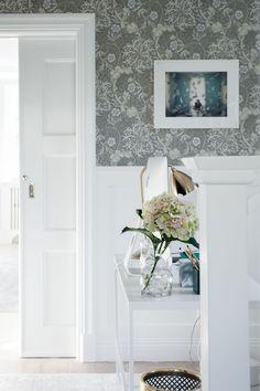 I sovrum 2 föreslår vi den här snygga tapeten från William Morris. William Morris Tapet, House Of Philia, Morris Wallpapers, Edwardian House, Interior Decorating, Interior Design, Home Wallpaper, Black Decor, Cool Rooms