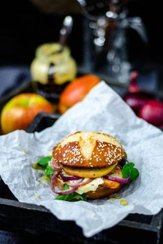 Chicken burger with apple and camembert in lye brioche bun - Burger ● Burgers - Homemade Burgers Healthy Burger Recipes, Healthy Sandwiches, Wrap Sandwiches, Sandwich Recipes, Bun Burger, Burger Co, Best Homemade Burgers, Beste Burger, Carne Picada