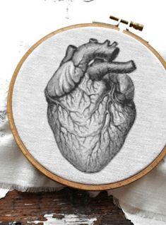 Menschliches Herz, anatomisch zum Handsticken in schwarzweiß als Dekoration - Stickanleitung via Makerist.de #sticken #stickenmachtglücklich #stickenisttoll #stickenistwiezaubernkönnen #stickenmitmakerist #sticken #embroidery #embroideryart #embroideryart #embroiderydesign #diy #diyproject #heart #herz #anatomisch #anatomical #medizin #dekoration #aorta #home #zuhause #praxis
