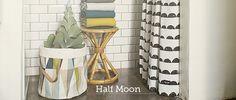 Cortina de ducha Half Moon Shower Curtain de ferm LIVING. Ideal para tu cuarto de baño. Ideal para tu cuarto de baño. #fermLIVING, #curtain, #showercurtain, #cortinadebano, #cortina, #decoration, #decoracion, #interiorismo, #interiorism, #home, #bath, #bano, #esilonordico #estiloescandinavo.