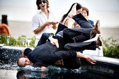 lo sposo trascina il testimone in piscina