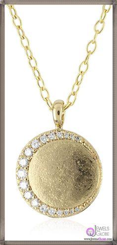 ムーンを模るダイヤがモダンなデザイン。 マットなテクスチャーのメダリオンに MIZUKIのこだわりが宿ります。 Necklace 120,000yen / K14 Yellow Gold. White Diamond.
