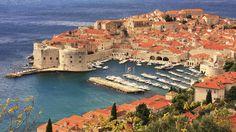 """Dubrovnik, die """"Perle der Adria"""" an der dalmatinischen Küste Kroatiens entwickelte sich ab dem 13. Jahrhundert zu einer wichtigen Seemacht am Mittelmeer. Trotz schwerer Schäden durch ein Erdbeben im Jahr 1667 gelang es Dubrovnik, seine Kirchen, Klöster, Paläste und Brunnen aus der Gotik, der Renaissance und dem Barock zu erhalten. Die schweren Schäden, die durch den bewaffneten Konflikt in den 1990er Jahren entstanden, sind heute größtenteils behoben. Die UNESCO koordinierte das…"""