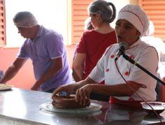Os alunos viram, na prática, um bolo de prestígio ser feito  Escola de Culinária Vegetariana abre curso gratuito para a comunidade - Notícias Adventistas