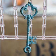 vintage style keys for wedding decorations in a shabby blue colour l Hübsche Schlüssel im Vintage-Stil in einem shabby chic Blauton (2er Set)