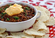 Chili Nachos | - 1/2 cebola picada; - 2 dentes de alho picados; - 1/4 de pimentão verde picado; - 500g de carne moída; - 2 colheres (sopa) de shoyu; - 1 colher (sopa) de molho de pimenta; - 1 envelope de caldo de carne em pó; - 1 xícara de feijão cozido sem caldo (usei uma caixinha daquele que só vem feijão e água); - 1 embalagem de molho de tomate (usei aquele de sachê). - Salsinha, sal e pimenta à gosto.