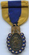 1883 Sons American Revolution Złotym Medalem.  Baker CA-678, Musante GW-1007.  Srebra wewnętrzne owalne 23 x 15 mm.  Złota zewnętrzna ...