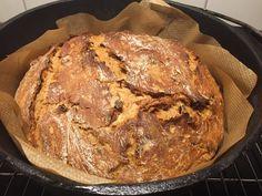 """Wer liebt nicht den Duft von frisch gebackenem Brot. Das noch leicht warme, knusprige Brot mit einen leckerem Schmalz oder gesalzener Butter bestreichen, mehr braucht es nicht. Die Zubereitung im Dutch Oven ist dabei denkbar einfach. Sie kann im Grill (indirekt), mit Kohlebriketts oder natürlich auch im normalen Backofen erfolgen. Ich habe hier einen tiefen 10"""" Dutch Oven verwendet, der für die verwendete Menge perfekt passte. Das Brot wird hervorragend fluffig, nicht trocken und hat ein..."""